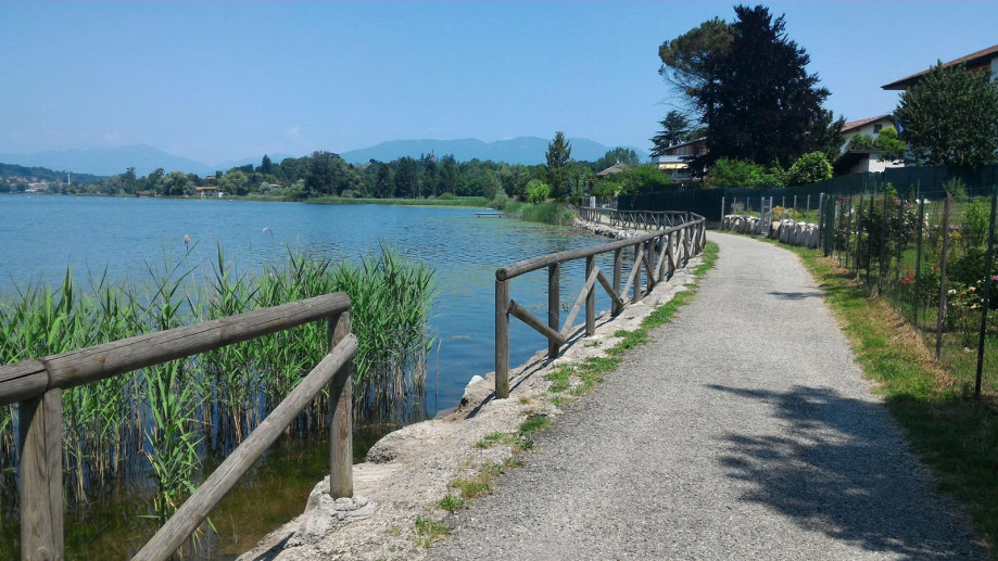 Lake Varese: the cycling route and footpath